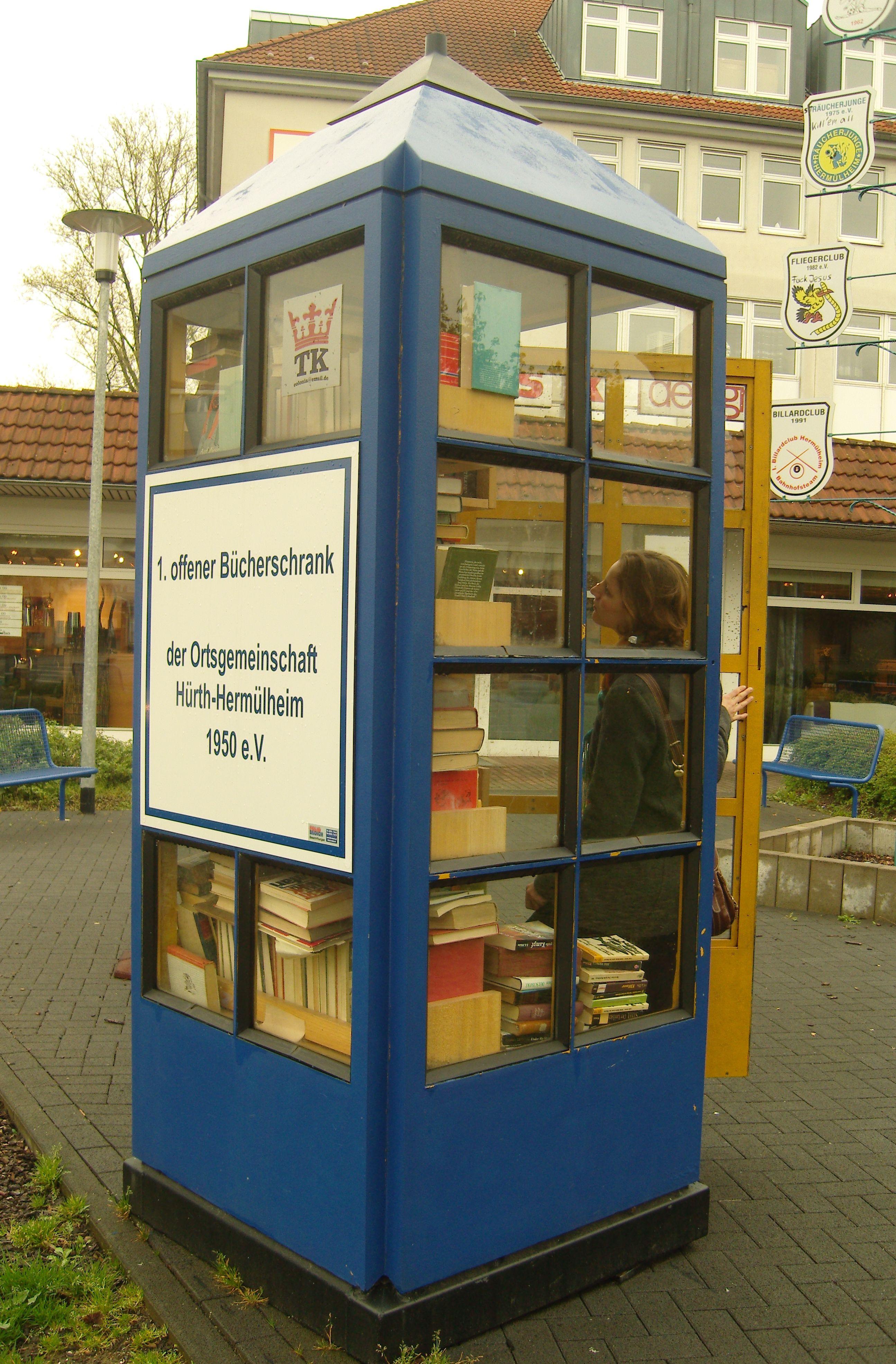 bookcrossing 1 offener b cherschrank in der gemeinde h rth herm lheim mit leserin der. Black Bedroom Furniture Sets. Home Design Ideas