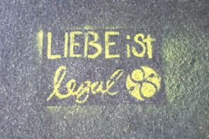 Liebe ist legal - Oberbaumbrücke Berlin - Guerilla Marketing - Graffiti Griffito