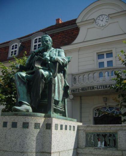 Denkmal in Stavenhagen - Fritz Reuter vor dem Literaturmuseum
