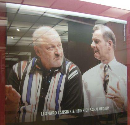 Oscar und Felix Leonard Lansink und Heinrich Schafmeister Plakat im Schaufenster Theater am Kurfürstendamm