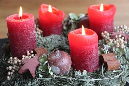 Weihnachtskranz zu Weihnachten  - brennende Adventskerzen