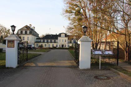 Schlosshotel Groß Plasten Einfahrt
