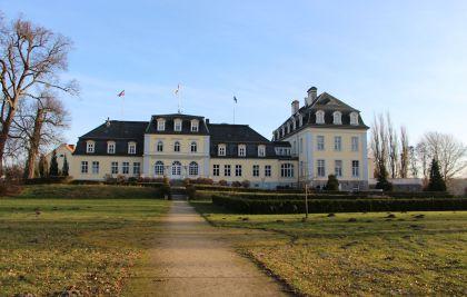 Schlosshotel Groß Plasten Seitenansicht mit Kräutergarten