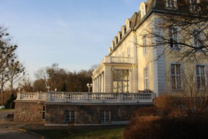 Schlosshotel Groß Plasten Seitenansicht mit Terasse