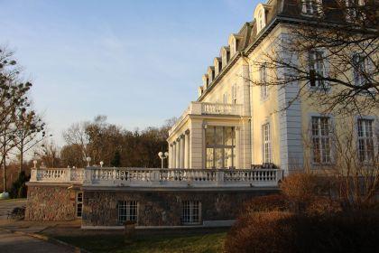 Schlosshotel Groß Plasten Seitenansicht mit Terrasse