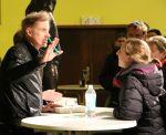 T.C.Boyle im Gespräch mit einer Leserin bei der Signierstunde in Berlin